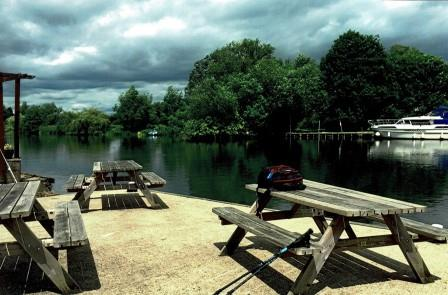 4 night self-guided independent walk in england through the Countryside from Oxford alongside the River Thames. The city of oxford